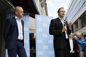 Statsminister Fredrik Reinfeldt och finansminister Anders Borg pratar i centrala Östersund