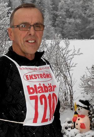 Sven-Erik Abrahamsson fick startnummer 7210 i sitt första Vasalopp 1973. Numera står han som veteran på andra raden med nummer 437. Mindre än fem timmar tar det för honom att ta sig från Sälen till Mora.