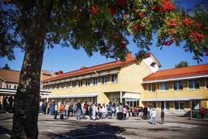 Alla samlas på skolgården för att få glass i solen.