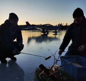 En grillad korv smakade bra ute på sjöisen. Foto: Johan Gustafsson
