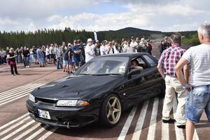 Massor av bilar och besökare på flygfältet vid motordagen.