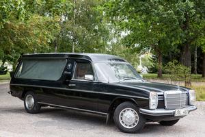41 år efter Ronnie Petersons död finns begravningsbilen fortfarande i familjen Götmars ägo, i ett tält i Lillån.  – Om den gjordes i ordning skulle den vara hur läcker som helst som begravningsbil, tycker Lotta Götmar.