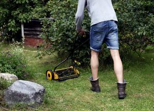 Varför kan inte arbetslösa arbeta inom kommunen, där bland annat pensionärsservice ingår? undrar skribenten. Foto: Hasse Holmberg/TT