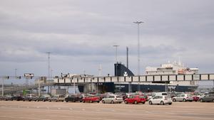 Kapellskärs hamn är porten österut, och här går det transporter både till Estland och Finland.