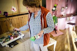 Karin Rickardsson har virkat armband av plastpåsar.