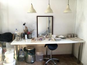 Arbetsyta. Maud, som är keramiker i Västerås, jobbar även i Portugal och ska ställa ut i Tavira andra veckan i april.  Hon öppnar Krukmakeriet i Västerås 4 maj. Foto: Maud Frykberg