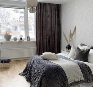 EFTER: Med hjälp av textilier som överkast, plädar, kuddar och gardiner skapas ett ombonat sovrum.