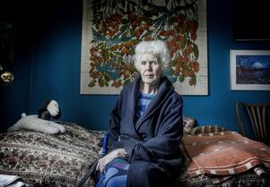 89-åriga Anna-Greta Lindberg är fortfarande arg på mannen som körde på henne, trasade sönder hennes höftkula och sedan smet från platsen.