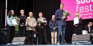 Prisutdelningen 2019 skedde under Södertäljefestivalen. Här tackar Tobias Sjöberg för kulturpriset. Bakom honom står (från vänster): Faia Younan (debutantpris), Monika Nilsson Lysell, journalist på LT och jurymedlem,  Elias Zazi, kulturredaktör på LT och jurymedlem, Lars-Gunnar Thor (eldsjälpris) samt Peter Taberman, jurymedlem. Jurymedlemmen Kristina Möller syns inte på bild.