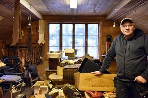 Leif Wiberg berättar att de inte slängt en pinal under företagets långa historia och vinden vittnar om just detta.