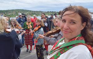 Kottan, Katharina Eliasson, tillsammans med Vikarbyns lilla spelmanslag.