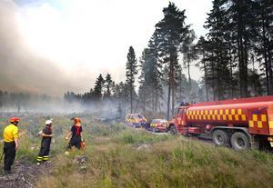 Räddningstjänsten tvingades vända på grund av fallande träd och brandfronten närmade sig.