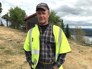Sven Olof Vallinder är förbannad på dålig väghållning i området och ger de ansvariga en avhyvling.