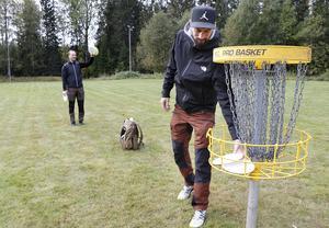 Strävan är hela tiden att klara banorna på så få kast som möjligt, att hela tiden bli lite bättre. Torgny och Emil beskrivser sporten discgolf som smått beroendeframkallande.