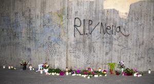 Blommor och ljus hade lagts ut i tunneln där övergreppet och mordet ägde rum. Texter och meddelanden till Nella gick att läsa på väggarna.
