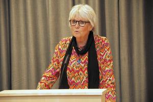 Yvonne Oscarsson, (V), tror inte vägens sträckning, utan näringsidkarnas agerande,  avgör om förbipasserande stannar till eller inte.