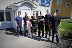 Åtta av de tio anställda (två var på arbetsresa i USA vid fototillfället) framför lokalerna i Njurunda. Från vänster: Robert Holmbom, Magnus Eriksson, Karin Wigren, Isabell Back, Anders Stridsberg, Linus Berglund, Niclas Rosenholm och Björn Mannström.
