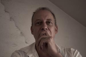 Anders Fager har en bakgrund inom rollspelsvärlden och har skrivit flera böcker inom skräck- och science fictiongenrerna. I