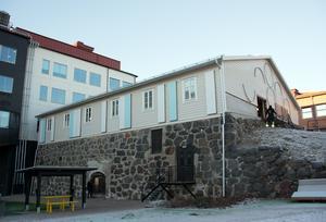 Från gården, där man ser den kraftiga höga muren, gör Ismagasinet ett mäktigare intryck än från gatan.