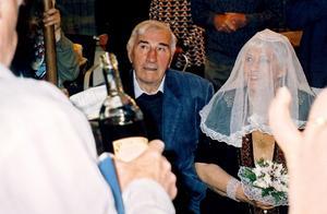 Vilken 81-årspresent! Äntligen gifte sig Mirjam med sin Oschi enligt judisk sed.Foto: PRIVAT