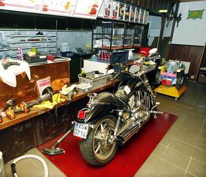 Åke Netterströms Harley Davidson, står inne i den tidigare restaurangen och väntar på våren.