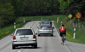 En oförsiktig omkörning, för hög hastighet eller ett par starköl innanför västen gör dig till en farlig trafikant. Foto: Hasse Holmberg/TT