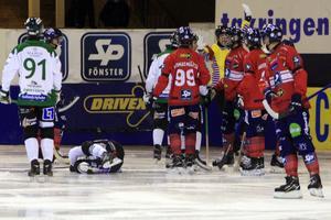 Premiären i Svenska Fönster Arena var bara minuten gammal när Joakim Svensk armbågstacklade Mattias Johansson och fick grovt matchstraff.