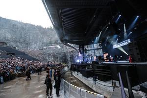 Ralf Gyllenhammar får med sig publiken efter ett par låtar och Melodifestival-skämt.
