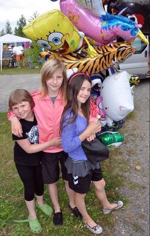 Linn Asplund, Denise Glad och Anna Bäckman, Bräcke, gillade marknadsballongerna. Foto: Ingvar Ericsson
