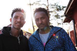 Tesfay Fisanaye och Adhanom Fishaye är asylansökande från Eritrea. Sedan tre månader tillbaka bor de på flyktingförläggningen i Grytan.                   – Ibland är det slagsmål i matsalen och i TV-rummet, säger Tesfay Fisanaye.