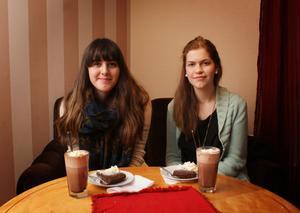 UNG-redaktionens Sarah Alkazhami och Sanna Svensson gillar Café Engels generösa öppettider.