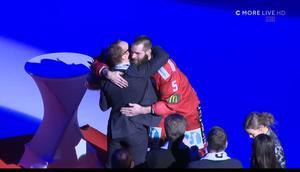 Också av Altmuna fick Eriksson en bukett och blev gratulerad. Niklas Eriksson har tidigare varit tränare i Almtuna under tre säsonger. Bild: Skärmdump C More.
