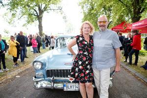 Päivi och Paul Ailarskogh förnyade sina löften på Svenska kyrkans drive-in. Foto: Lennye Osbeck