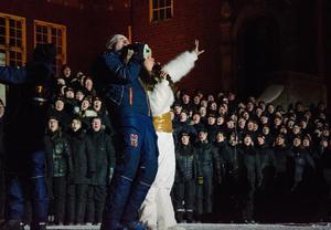 Patrik Jemteborn, VM-general, visade sina talanger som sångare när han tillsammans med konfrencieren Marit Eriksson avslutade med att sjunga Queens klassiker