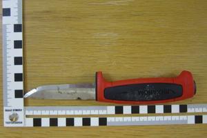 Foto: PolisenDen här kniven hade 16-åringen i handen när några kunder i butiken hade civilkuraget att övermanna honom. Butiksägare Mikael Friman tog hand om kniven och överlämnade den i en godispåse till polisen.