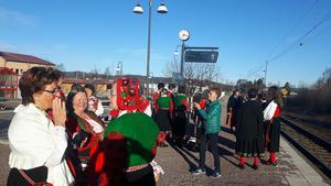Redan vid halv-8-tiden på lördagens morgon samlades Bittis Stafsudd, Rosa Flank och några till för att ta tåget från Djurås.Foto: Lars Redhe