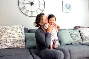 Som nybliven mamma vid 40 är det mycket som är annorlunda. Hon har blivit medveten om hur fort tiden går och tar medvetet tillvara på varje sekund.