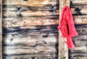 Röda strumpor lyste upp ena omklädningsrummet. Kanske en vink om hur hemmalagets dräkter såg ut. Rött och vitt?