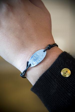 Einar gjorde armband med texten