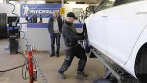 Christer Vikner lämnar in sin bil för däckbyte för sista gången. Richard Backlind byter däcken i verkstaden på Kungsvägen men när säsongen är över slår man igen.