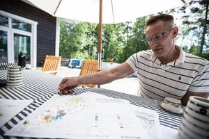 Ove Jadehov visar kartor över området.