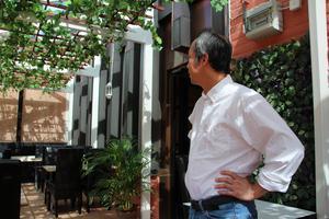 """""""Där borta vid innerväggen kommer vi att dekorera och i de smala fönstren planerar vi att ha statyer,"""" säger restaurangägaren Hat Loi Chau till SA."""