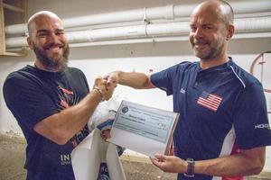 Marcus Pehart (till vänster) gratuleras av Dan Pegg som rest hit från USA (bland annat) för att överräcka prischecken på 400 dollar.