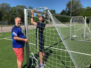 Anders Nordén i solskenet på Strömvallen – i färd med att montera nätet på en av de nya målburarna.