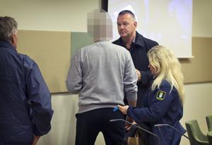 59-åringen samtalar med sin försvarare, advokat Per Svedlund efter det att tingsrätten beslutat att han skulle häktas.  Arkivbild från tisdagen förra veckan.
