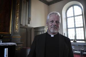 Under en söndag har Peter två gudstjänster, kanske också någon förrättning eller ett hembesök däremellan. Han trivs med arbetet där han i dagsläget är ensam präst i församlingen.