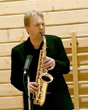 Eddie Backlund med sin saxofon, bjöd på välkända julsånger. Foto: Loulou Westlund