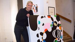 Den jovialiska cirkeln har varit Kajsa-Tuva Werners form ända sedan hon satt och telefonklottrade. Nu vimlar hennes färg- och formrika målningar av cirklar.