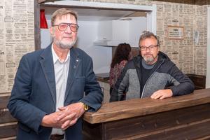 Bakom Jan Trana Svensson och Torbjörn Amundsson finns det nyrenoverade lilla köket. Det går även att hyra porslin.
