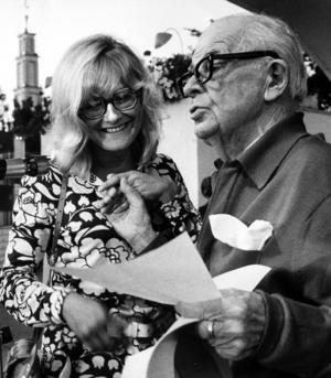 En bild från 1969. Evert Taube överlämnar Bellman-stipendiet till Monica Zetterlund på Gröna Lund. Foto: TT